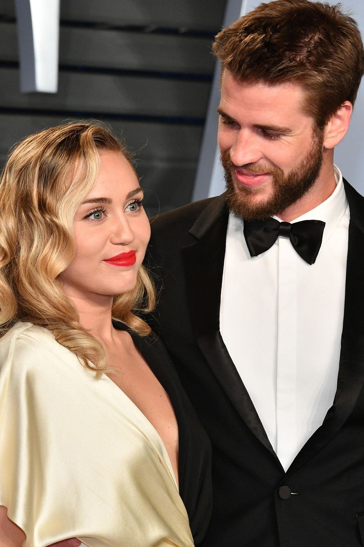 """März 2018  Auf dem roten Teppich der """"Vanity Fair Oscar Party"""" lächelt Liam Miley liebevoll an."""