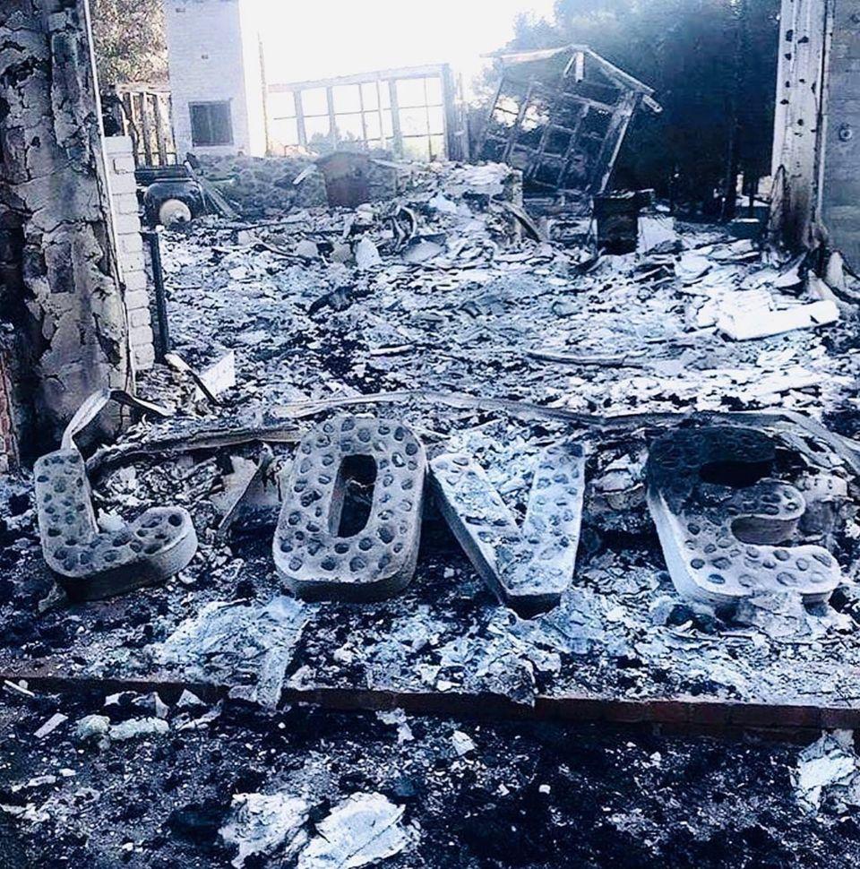 """November 2018  Schicksalsschlag: Bei den verheerenden Waldbränden in Kalifornien wird das Haus des Paares vollständig zerstört. """"Das ist alles, was bleibt. Liebe"""", schreibt Liam zu der Aufnahme der Ruinen."""