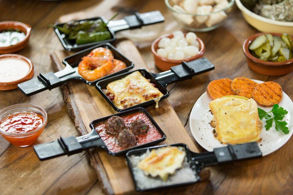 Leckere Raclette-Pfannen sorgen für Appetit