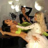 """Eigentlich haben die Kardashian-Jenner-Schwestern ohnehin schon ein beneidenswertes Äußeres. Doch selbst Kendall Jenner undKhloe und Kourtney Kardashian sehen ab und zu offenbar noch Optimierungsbedarf. So auch auf diesem Foto,wenn es nach ihren Followern geht. Im Fokus steht das sehr schlanke Bein von Khloe Kardashian.""""Das Bein sieht winzig aus. Das wurde eindeutig gephotoshoppt"""", mutmaßt ein Userunter dem Kardashian-Foto - und bekommt viel Zustimmung.""""Wo ist dein Bein"""", scherzt ein anderer Fan. Tatsächlich sieht das Bein der Blondine, das auf dem schwarzen Flügel liegt, sehr dünn aus. Für andere Fans ist die Sache klar: Hier war kein Photoshop am Werk, Kendall Jenners Arm verdeckt einfach ein Großteil des Beines."""