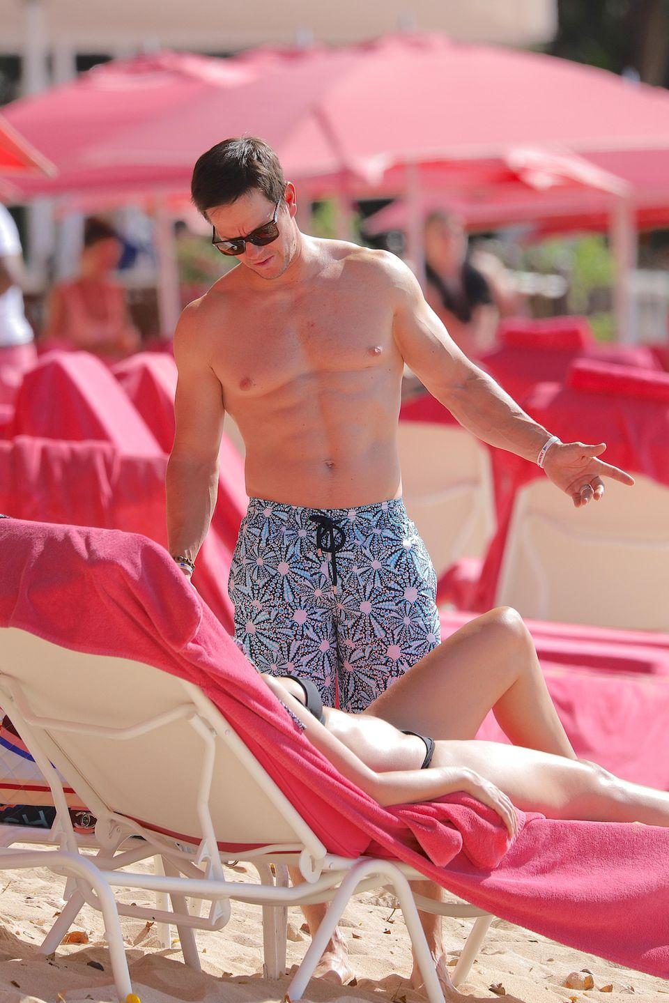 Schatz, nun komm doch endlich ins Wasser, scheint Hollywoodstar Mark Wahlberg seiner Frau Rhea Durham zu sagen. Der Muskelberg urlaubt mit seiner Familie auf der sonnigen Karibik-Insel Barbados.
