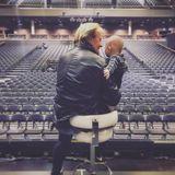 """28. Dezember 2018   """"Manöverkritik nach der Show"""", scherzt Papa Wayne. Nach seinem Auftrittnimmt sichOpa Howard Carpendale Zeit für seinen süßen Enkel."""