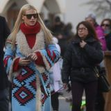 Kuschelig und warm soll es sein. In einem blau-rot gemusterten Mantel und einem passenden Rollkragenpullover schlendert Michelle Hunziker durch St. Kassian in Südtirol.