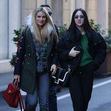 Warm eingepackt schlendern Michelle Hunziker und Tochter Aurora Ramazotti Anfang Dezember durch Mailand. Zu ihrem khakifarbenen Parka trägt die Blondine eine schlichte Jeans.