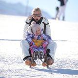 Im Südtiroler St. Kassian verbringt Familie Hunziker einen spaßigen Urlaub im Schnee. Michelle schnappt sich eine ihrer Töchter für eine wilde Schlittenfahrt.