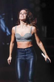 Bei ihrem Auftritt im Metropol-Theater in Bremen heizt Schlagerstar Vanessa Mai den Zuschauern in diesem sexy Rocker-Look ein. Zu ihrem glitzernden Oberteil kombiniert die Sängerin eine schwarze Lederhose. Dennoch ziehen eigentlich ihre Schuhe alle Blicke auf sich ...