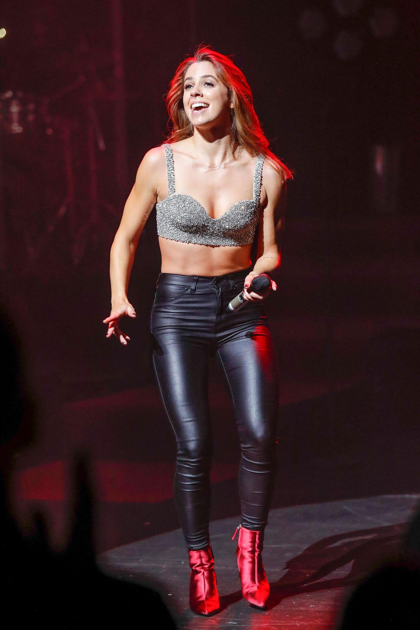Die glänzenden Booties in Metall-Optik runden das Bühnenoutfit von Vanessa Maigekonnt ab. Die Sängerin ist allerdings nicht der einzige Schlagerstar, der auf der Bühne in einem sexy Rocker-Look überzeugt. Auch das Outfit von Kollegin Michelle kann sich sehen lassen. Sehen Sie selbst, auf dem nächsten Bild
