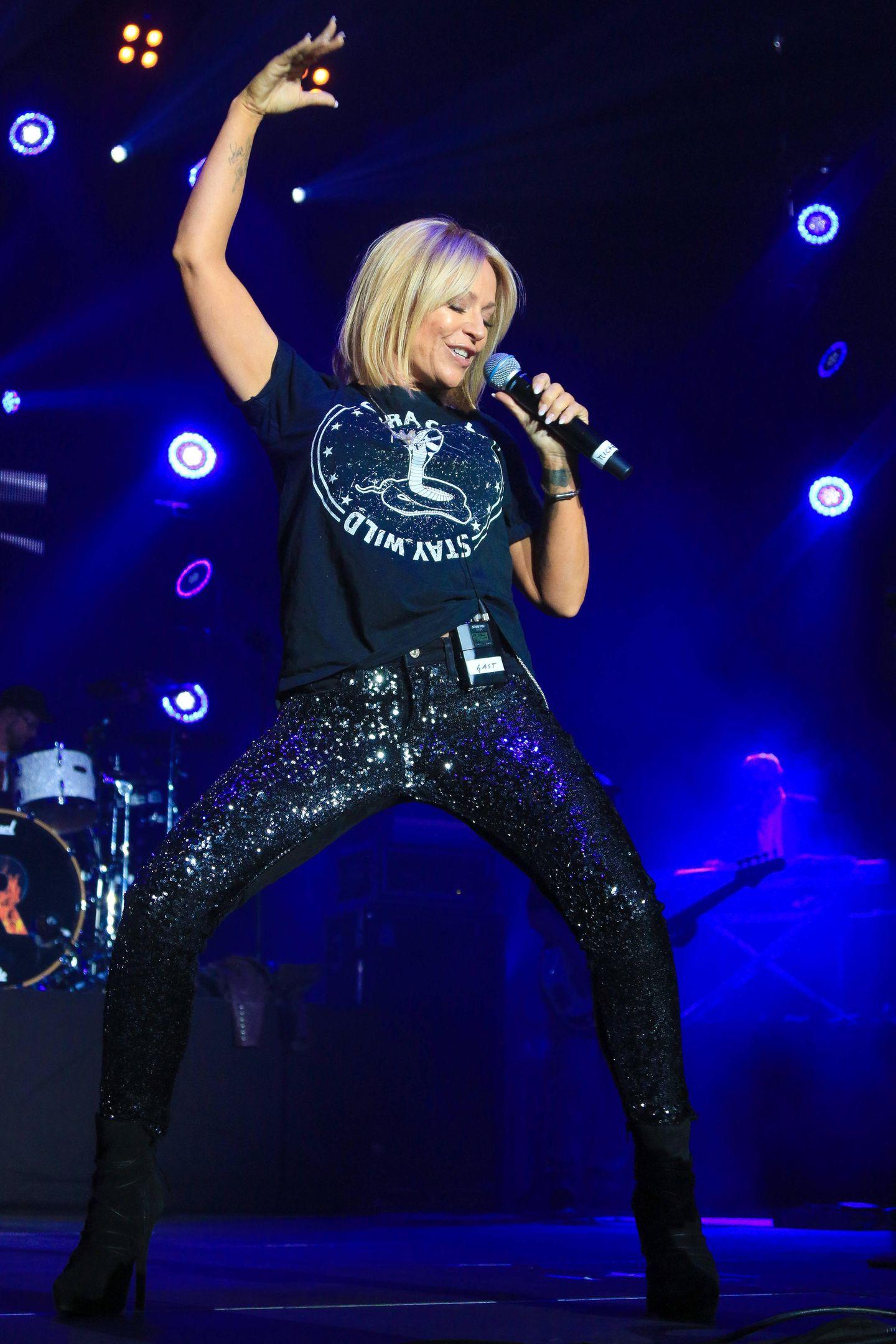 Während Kollegin Vanessa Mai ein glitzerndes Oberteil gewählt hat, glänzt Michelle in einer funkelnden Hose. Dazu kombiniert sie ein lässiges Shirt im Rocker-Style. Da soll noch mal jemand behaupten, Schlager sei nicht sexy - oder was meinen Sie?