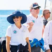 KöniginMáxima und KönigWillem-Alexander kurz vor einer Bootstour im Rahmen ihres Karibik-Besuchs. Zu ihrem dem Anlass entsprechend sportlichen Outfit stylt die schöne Königin stylische Accessoires. Hätten Sie die It-Pieces auf Anhieb erkannt?