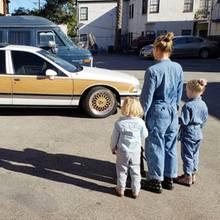 """""""Denim on Denim on Denim ..."""", schreibt Schauspieler Dax Shepard zu diesem süßen Schnappschuss von Ehefrau KristenBell und den gemeinsamen Töchtern Delta und Lincoln im Mutter-Tochter-Partnerlook."""