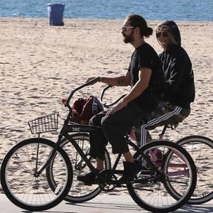 Unmittelbar vor Weihnachten 2018 traten Heidi Klum und Tom Kaulitz auf das Liebes-Gaspedal: Verlobung nach weniger als einem Jahr Beziehung!Einige Tage später lässt es das Paar in Sachen Geschwindigkeit jedoch deutlich langsamerangehen:Gemächlich radeln das Model und der Musiker am 29. Dezember am Strand von Santa Monica entlang. Mit dabei sind auch Heidis Kinder Lou, Henry und Johan.