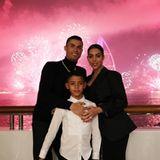 Fußballstar Cristiano Ronaldo begrüßt das neue Jahr gemeinsam mit seiner Verlobten Georgina Rodríguez und seinem ältesten Sohn Cristiano Jr. in Dubai. Töchterchen Alana und die ZwillingeEva Maria und Mateo haben sicherlich schon tief geschlummert, als das beeindruckende Feuerwerk um Mitternacht gezündet wurde.