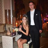 """""""Happy New Year from us to you"""", schreibt Ann-Kathrin Götze zu diesem Schnappschuss mit Ehemann Mario und grüßt ihre mehr als eine Million Follower damit aus Dubai, wo die schöne Inlfuencerin und der Fußballer das neue Jahr eingeläutet haben."""
