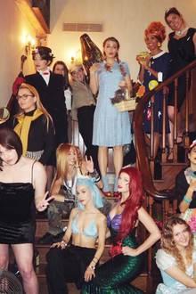 """Suchbild: Erkennen Sie, welche Stars sich in dieser verkleideten Girls-Clique tummeln? Auflösung: Hollywoodstar Blake Lively als Dorothy aus der Zauberer von Oz (oben mittig), Supermodel Gigi Hadid als Mary Poppins (links oben) und Superstar Taylor Swift als Ariel die Meerjungfrau (unten mittig). """"In diesem Jahr haben wir uns dazu entschlossen, uns als die Helden unserer Kindheit zu verkleiden"""", schreibt Swift zu diesem witzigen Gruppenfoto."""