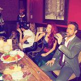 Cheers! Ryan Reynolds, Ehemann von Blake Lively, feiert ebenfalls mit. Allerdings ohne Verkleidung, dafür offensichtlich mit Durst.