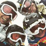 Süßes Familien-Selfie im Schnee:Nazan Eckes, Ehemann Julian Khol und ihre zwei Söhne rodeln offensichtlich ins neue Jahr.