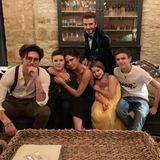 Familie Beckham ist natürlich auch an Silvester eine stylische Truppe. (v.l.) Brooklyn, Cruz, Mama Victoria,Töchterchen Harper, Papa David und Romeo wünschen ihren Fans mit diesem Foto ein frohes neues Jahr.