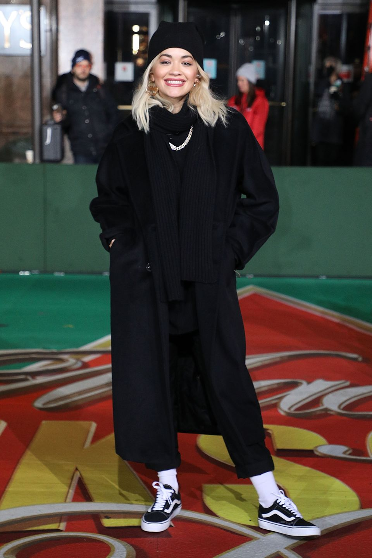 Cool bei Kälte: Rita Ora trägt zum Max-Mara-Mantel eine lässig gekrempelte Hose und Vans