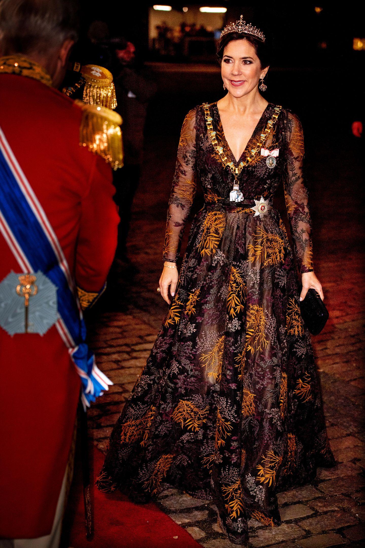 Beim traditionellen Neujahrsempfang inSchloss Amalienborg in Kopenhagen zeigt sich Prinzessin Mary königlich! Die 46-Jährige begrüßt das Jahr 2019in einer bodenlangen Robe mit floralem Muster des dänischen Haute-Couture-Designers JesperHøvring. Goldene Bestickungen mit Blattmustern setzen dem Look die Krone auf – und auch die Frau von Prinz Frederik selbst schmückt ihren Kopf mit funkelndem Schmuck und führt ihre Tiara aus.