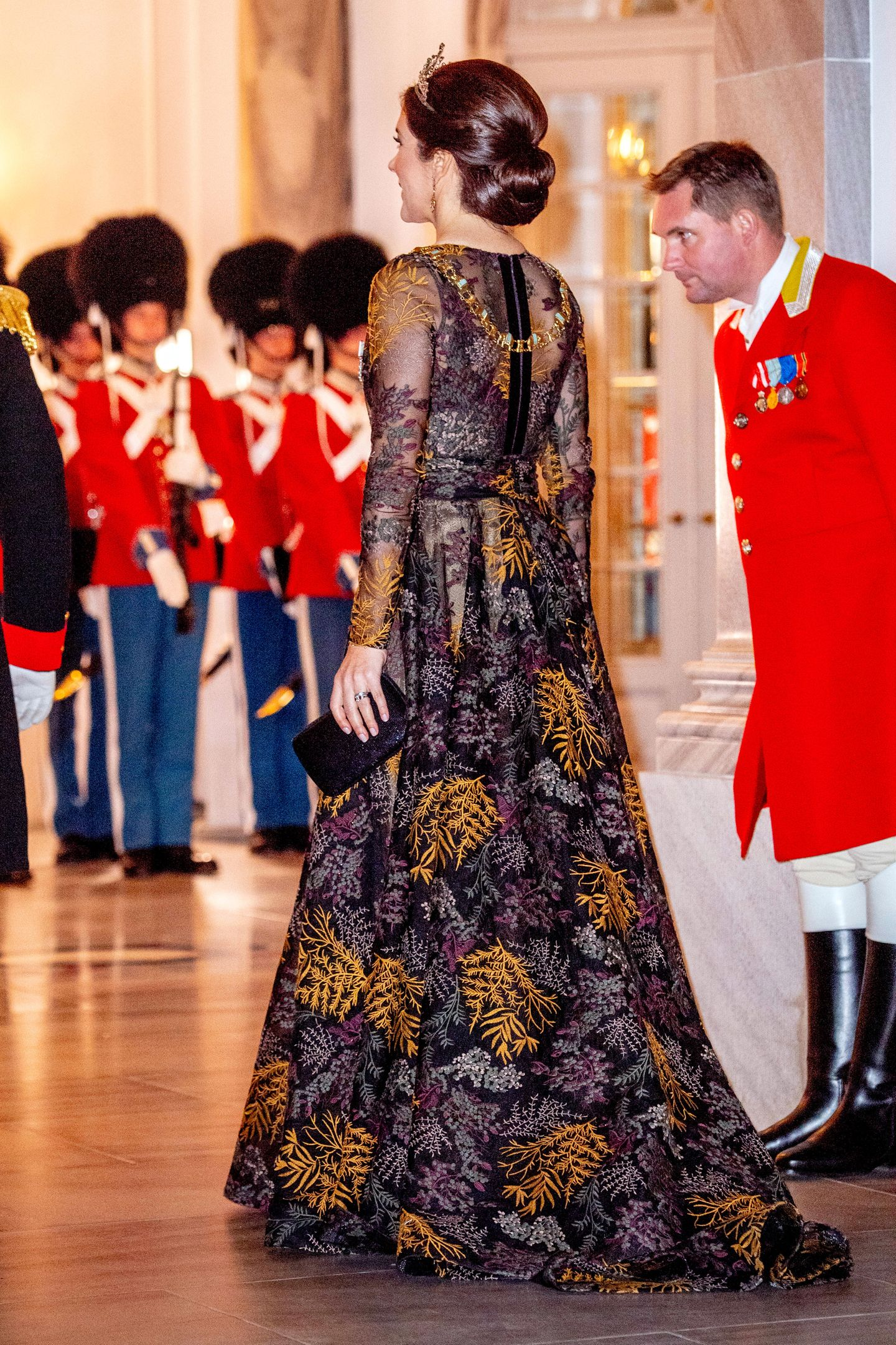 Damit die Tiara perfekt zur Geltung kommt, trägt Prinzessin Mary ihre Haare in einem eleganten Haarknoten und schreitet grazil zu den Gästen.