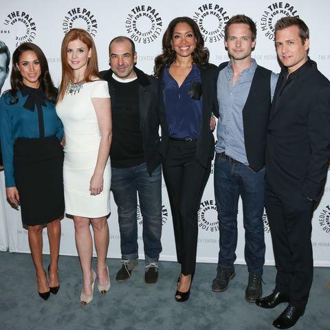 """Herzogin Meghan v.l. (alias Rachel Zane) mit den Hauptdarstellern der Serie """"Suits""""."""