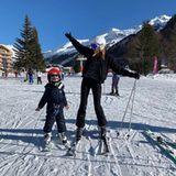 """Model Natalia Vodianova begegnet dem neuen Jahr auf Skiern. """"Mit toller Gesellschaft"""", schreibt sie liebevoll an ihren Sohn Maxim gerichtet."""