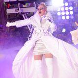Als Christina Aguilera am Times Square das neue Jahr einläutet, muss man schon genau hinschauen, um sie hinter ihrer spacigen Brille zu erkennen. Generell ist ihr Bühnenoutfit relativ pompös und gar extravagant. Mit der X-Tina aus den 90er-Jahren hat sie - rein modisch - nur noch wenig am Hut.