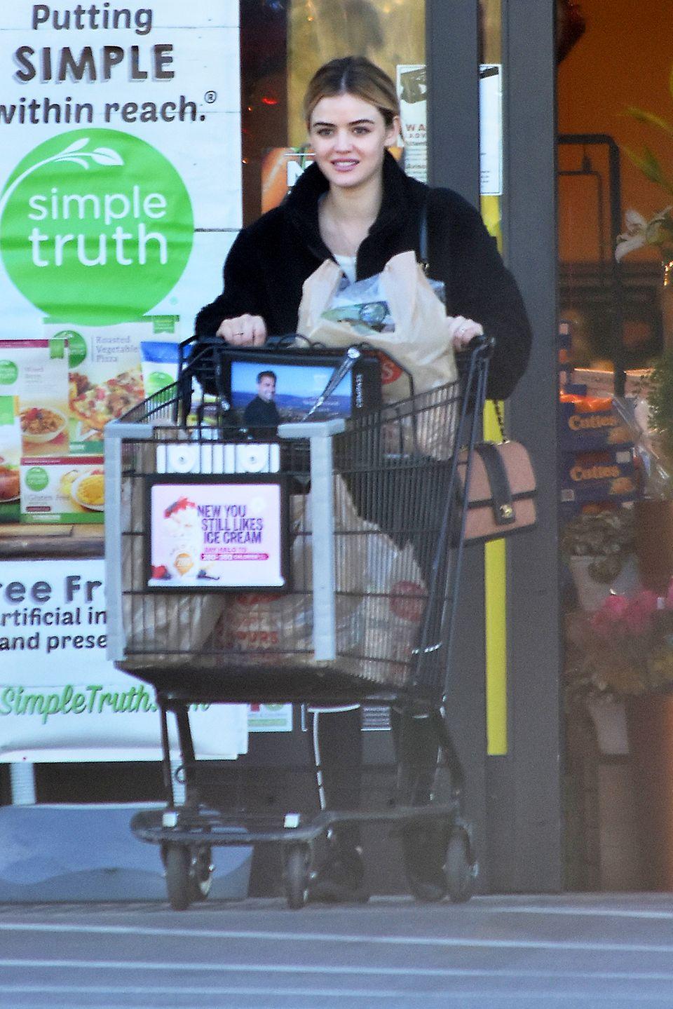 Lucy Hale hat den Wagen voll beladen: Nach dem Workout im Gym deckt sich die Schauspielerin in Los Angeles im Supermarkt mit Lebensmitteln ein.