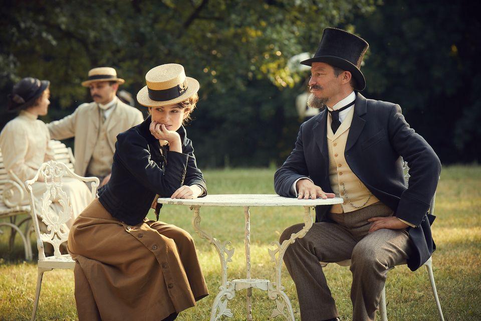 Die Schriftstellerin Colette (Keira Knightley) und ihr Ehemann, derwindigeSalonlöweWilly (Dominic West)