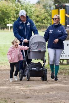 Mike und Zara Tindall gehen mit ihren Töchtern Mia und Lena (im Kinderwagen) im September 2018spazieren