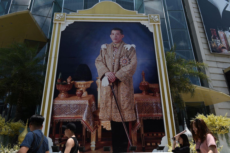 Verehrung im XXL-Format: Passanten flanieren vor einem großen Gemälde des Königs (April 2018)