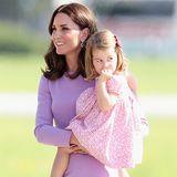 """Kurz vor Weihnachten will eine Verkäuferin beim Geschenke-Shopping gehört haben, dass Herzogin Catherine ihre kleine Charlotte mit dem süßen Spitznamen """"Poppet"""" - also Schätzchen - anspricht. Süß!"""