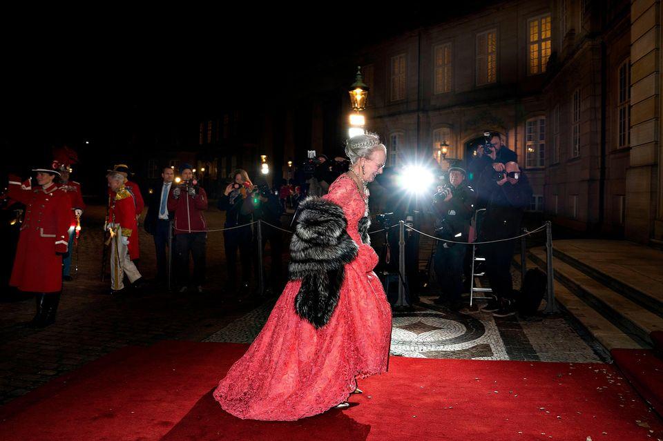 Königin Margrethe trifft in voller Abendrobe mit Diadem und Stola beim Neujahrsbankett in Amalienborg ein