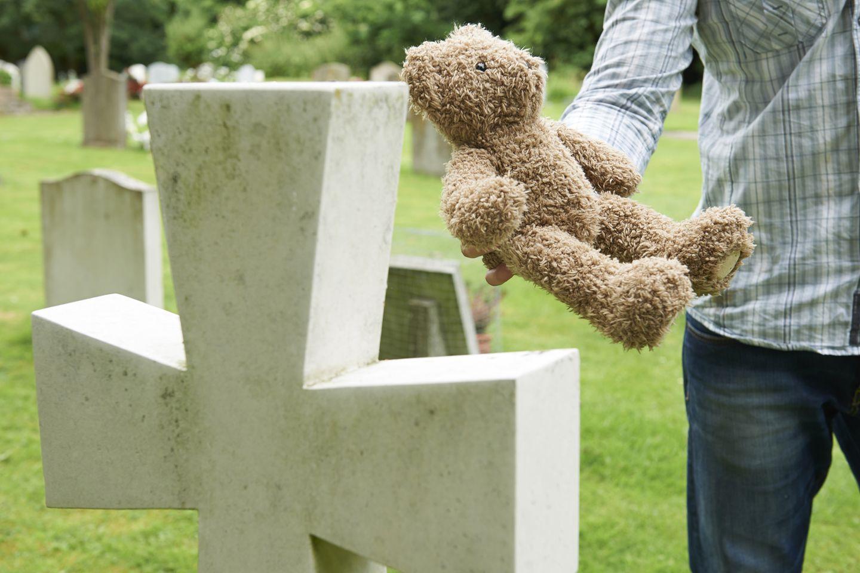 Angehörige legen häufig persönliche Gegenstände als Andenken an das Grab des Verstorbenen
