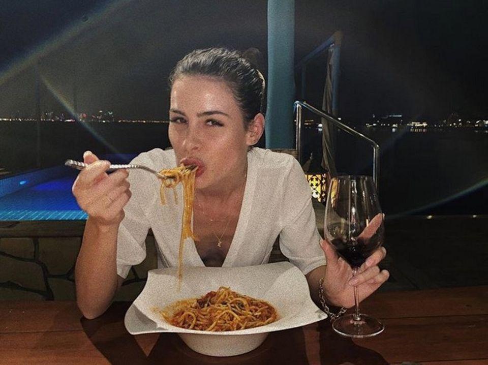 Im Urlaub in einem Luxus-Resort in Katar genießt Lena Meyer-Landrut die Auszeit bei einer Portion Pasta und einem Glas Wein.