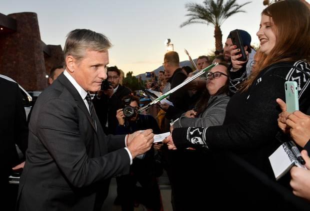 Viggo Mortensen gibt bei seiner Ankunft am Convention Center von Palm Springs erst mal fleißig Autogramme.