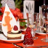 Auf den festlich gedeckten Tischen wird ein kleines Dessert gereicht.