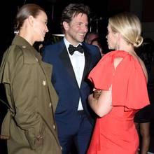 Bradley Cooper hat seine Liebste Irina Shayk mitgebracht. Das Paar plaudert mit Emily Blunt.