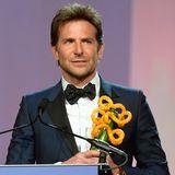 """Für seinen Film """"A Star is Born"""" nimmt Bradley Cooper den Preis als bester Regisseur entgegen."""