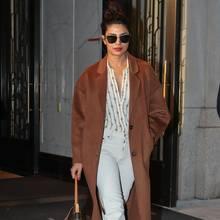 In New York sinken die Temperaturen im Winter auf durchschnittlich 3° Celsius. Das Gespür für modische It-Pieces fällt hingegen kein bisschen ab. So entdeckt Priyanka Chopra zum Beispiel diesen Mantel für sich, der nicht etwa von einem teuren Edel-Designer, sondern von Mango stammt.