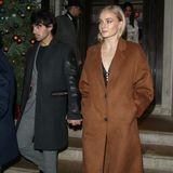 """Auch ihre Schwippschwagerin, die """"Game of Thrones""""-Schauspielerin Sophie Turner, hat den Mantel zu ihrem winterlichen Favoriten auserkoren und schützt sich darin gegen die Kälte."""