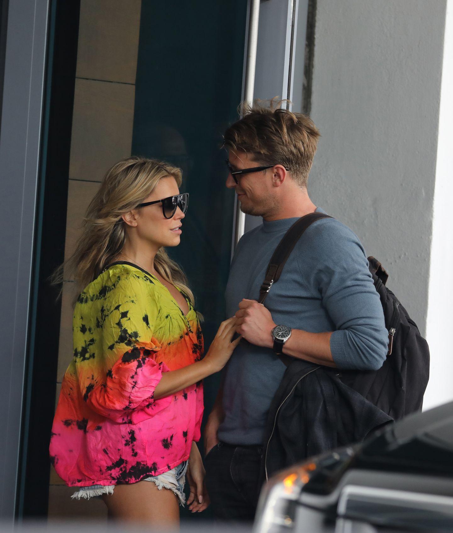 4. Januar 2018  Vor ihrem Hotel in Miami teilen Moderatorin Sylvie Meis und Filmproduzent Bart Willemsen einen liebevollen Moment.