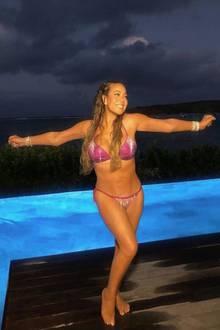 Seit Jahren gerät Mariah Carey immer wieder in die Jojo-Falle - hat sie wieder einmal erfolgreich abgenommen, sind meist nur wenige Monate später die Kilos wieder drauf. Hautenge Kleider trägt die Sängerin jedoch auch gerne mit ein paar Pfunden mehr auf den Hüften. Die aktuellen Fotos lassen jedoch hoffen, dass Mariah endlich ihren Traumkörper hat und sich sehr wohl in ihrer Haut fühlt.
