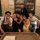 1. Januar 2019   Sohnemann Cruz Beckham (2. v. l.) teilt ein tolles Familienfoto zum Neujahr.