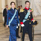 Mit einem Abstand von nur zwei Jahren trug Prinzessin Mary das Abendkleid 2012 erneut zum Neujahrsempfang. Doch zum ersten Mal trug sie es vor - inzwischen- 13 Jahren ...