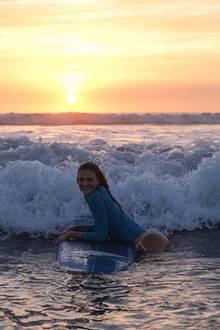 """4. Januar 2019  """"Ich bin so eine schlechte Surferin"""", postet Constance Jablonski. Wir finden: Selbst nach einem Sturz vom Surfbrett macht das Model eine heiße Figur."""