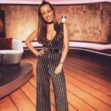 """Sexy Einteiler: Zum 10-jährigen Geburtstag der Sendung """"Red"""" hat sich Moderatorin Annemarie Carpendale ganz schön in Schale geworfen. Sie trägt einen Overall mit glitzernden Streifen und einem tiefen Ausschnitt."""