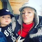 24. Dezember 2018  Storm Keating und Sohn Cooper senden süße Weihnachts-Küsse an die Fans.