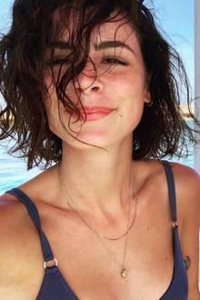"""Während es in Deutschland frostig kalt ist, genießt Sängerin Lena Meyer-Landrut aktuell eine sonnige Zeit in Doha. Auf Instagram teilt sie einige Schnappschüsse aus ihrem Urlaub und zeigt sich dabei stets super natürlich. Ungeschminkt und mit ungestylten Haaren schießt sie dieses Selfie. Dazu schreibt sie """"Curly fries"""" - ihre Haare scheinen in diesem Zustand Ähnlichkeit mit den geringelten Pommes zu haben."""