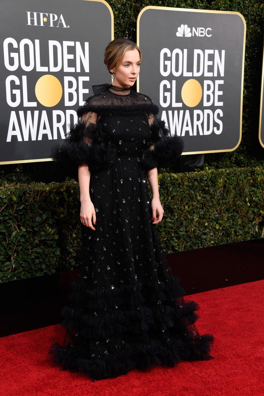 SchauspielerinJodie Comer wählt ein dramatisches, schwarzes Kleid von Ralph & Russo. Der Auftritt erinnert stark an jenen Look, den Angelina Jolie im vergangen Jahr präsentierte. Da es für die 25-jährige Jodie der erste Besuch auf dem roten Teppich der Golden Globes ist, wollte sie mit dieser Kleiderwahlwohl auf Nummer sicher gehen. Ein spektakulärer Look!